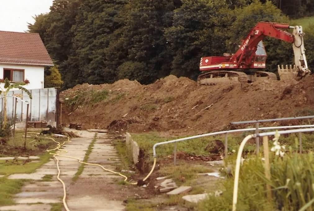 1985 Einfahrt- und Parkplatzbau