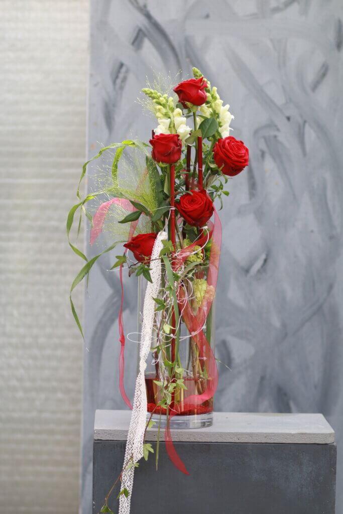 Kirchenschmuck Altarschmuck im Glas mit roten Rosen