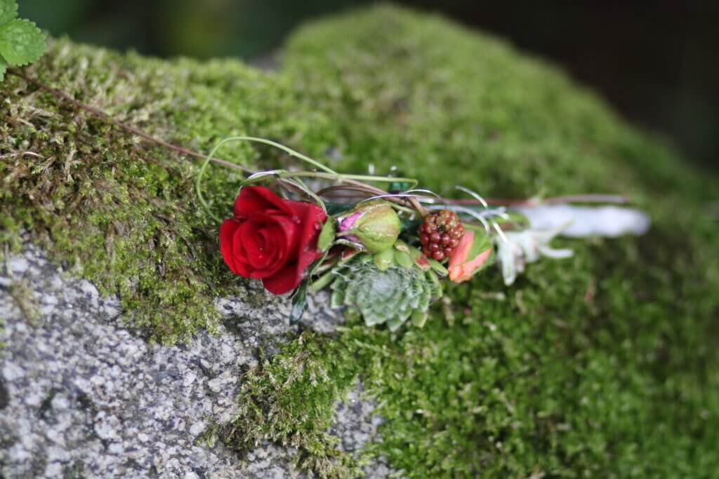 Hochzeitsschmuck Anstecker mit roter Rose