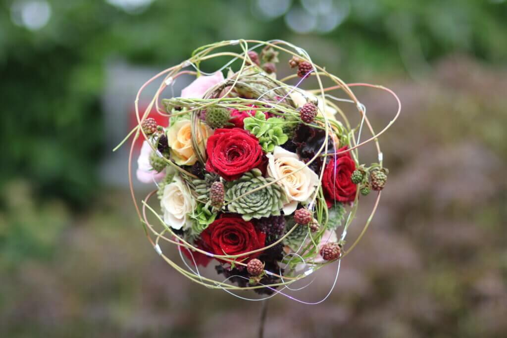 Hochzeitsschmuck Brautstauß Rosen mit Beeren