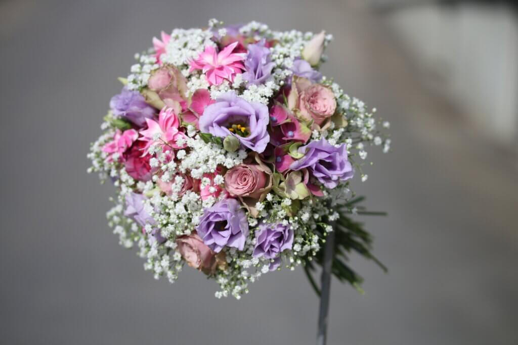 Hochzeitsschmuck Brautstrauß rosa lila verspielt