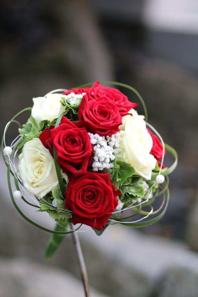 Hochzeitsschmuck Brautstrauß rot weiß rund gebunden