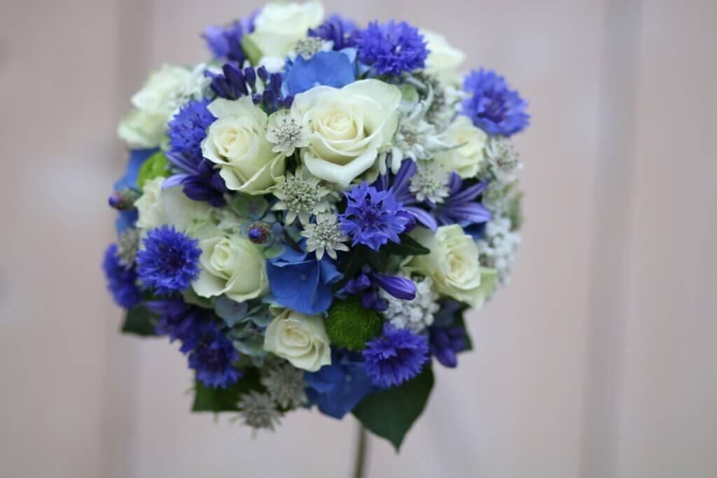 Hochzeitsschmuck Brautstrauß rund blau weiß
