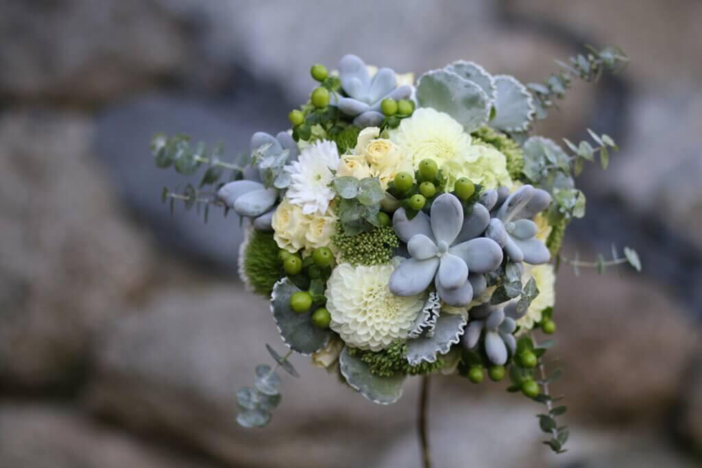 Hochzeitsschmuck Brautstrauß weiß mit Sukkulenten