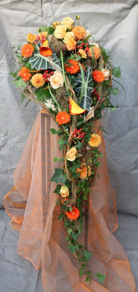 Trauerschmuck Gesteck fließend orange