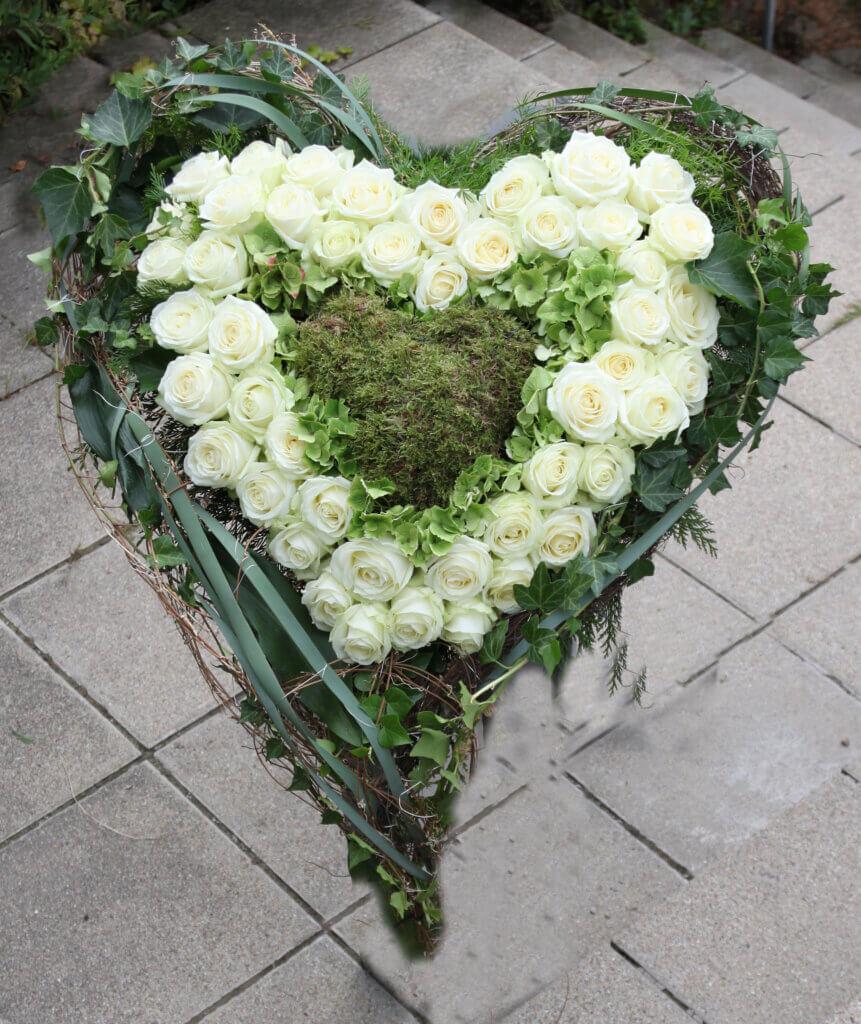 Trauerschmuck Herz mit weißen Rosen innen Moos