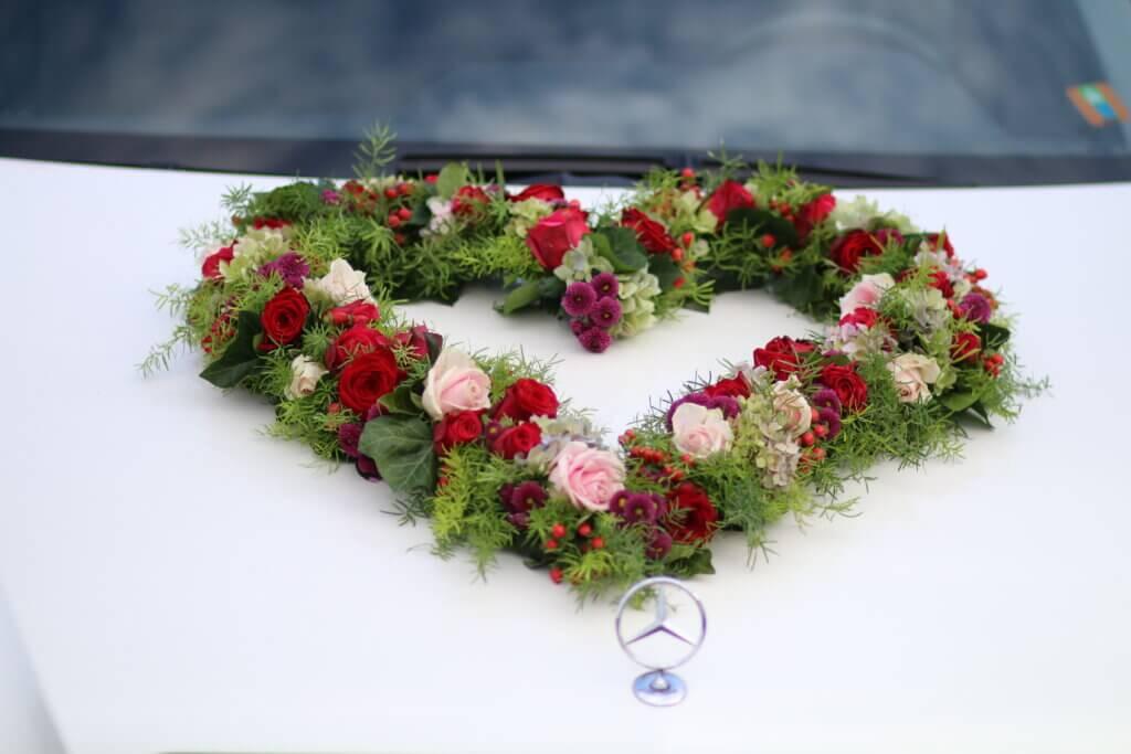 Hochzeit Autoschmuck Herz rosa rot auf Auto