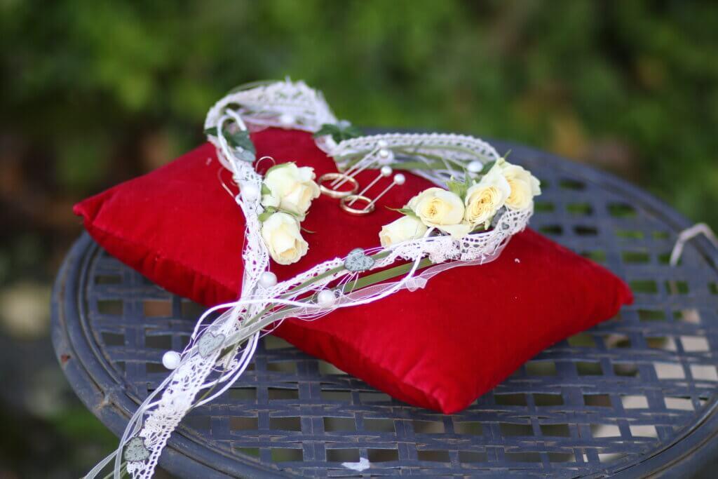 Hochzeitsschmuck Ringkissen mit Herz aus Blumen