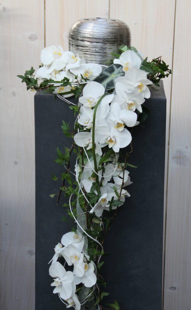 Trauerschmuck Urnenschmuck mit weißen Orchibeen
