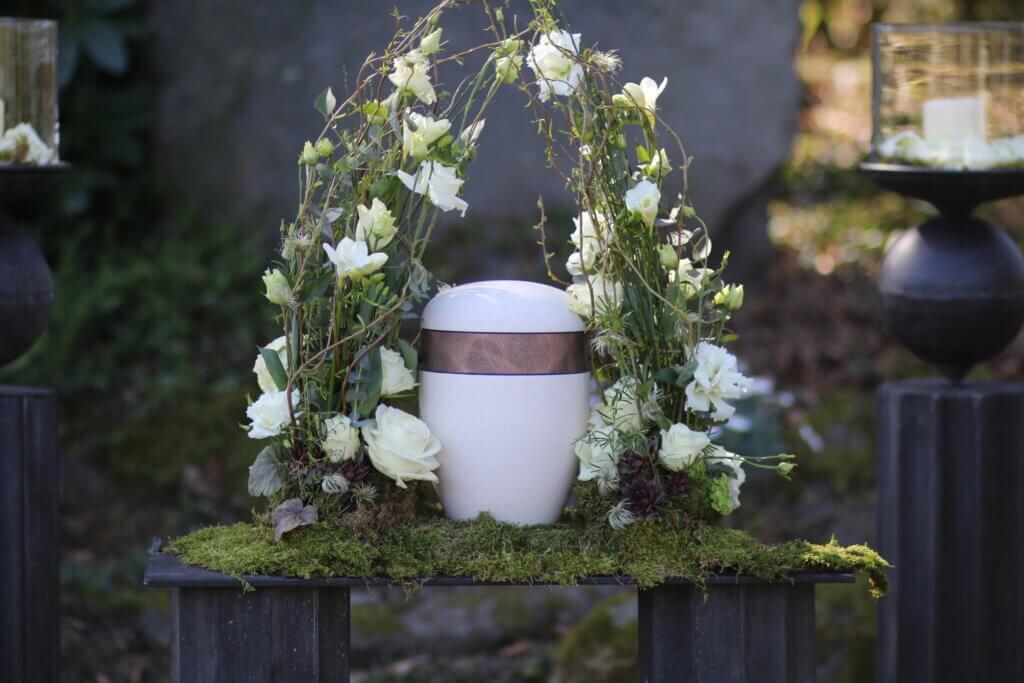 Trauerschmuck Urnenschmuck weiß Blumen um die Urne